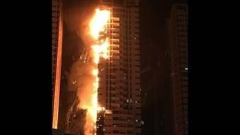Die Flammen erklimmen die Etagen: Grossbrand in Adschman.