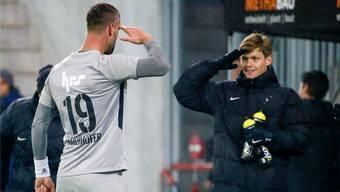 Im Dienste des FC Aarau: Doppeltorschütze Stefan Maierhofer salutiert vor Marco Thaler, der in Schaffhausen sein Comeback nach langer Verletzungspause gab. freshfocus