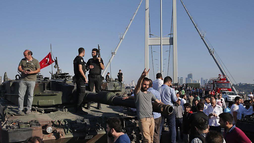 Bilder mit Panzern während des Putschversuchs in der Türkei gingen um die Welt: Nun werden die Fahrzeuge aus Istanbul und Ankara abgezogen. (Archivbild)