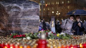 Kerzen für die Opfer des Massenmörders Josef Stalin vor der ehemaligen Geheimdienstzentrale in Moskau.