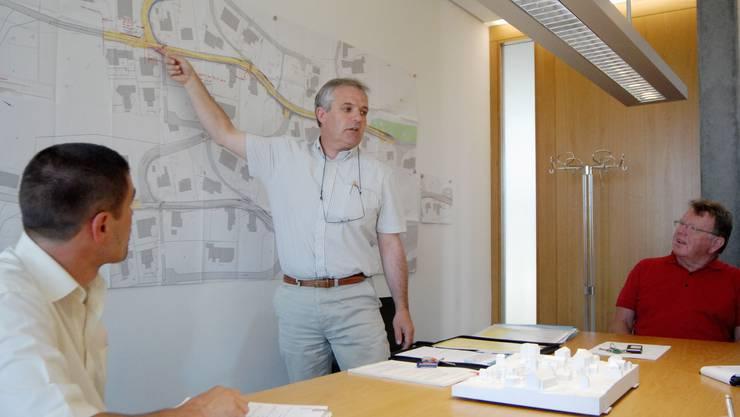 Bauverwalter Bernhard Haller erklärt die bevorstehende Modernisierung der Rüslerstrasse, mit dabei sind Gemeindeschreiber Thomas Busslinger (links) und Gemeindeammann Hano Schaerer (wal)