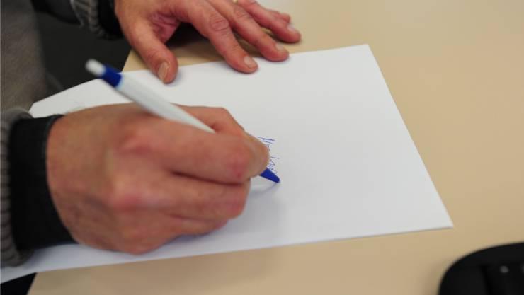Beim Schreiben des Nachrufs soll es der Anspruch sein, den Text auf die Länge einer Zeitungsspalte zu verdichten.