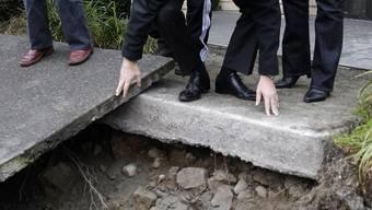 Premier John Key beim Besichtigen der Schäden