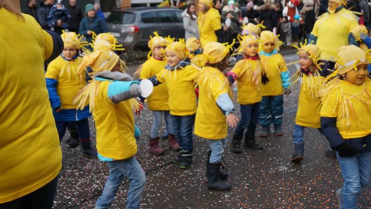 Die Kinder vom Kindergarten Breiti haben sich als Sonnen verkleidet.