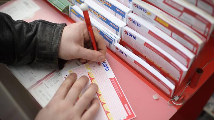 Nach sechs Richtigen im Lotto versuchte ein Ostschweizer, mit einem Umzug in den Kanton Schwyz Steuern zu sparen. (Symbolfoto)