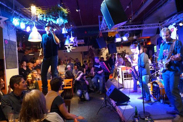 Frontmann und Sänger Felix Hollenstein sang sogar stehend auf Tisch