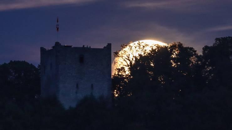Der Mond geht bei der mittleren Ruine auf und hat bereits kleine Anzeichen der Finsternis.