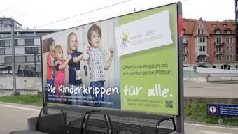 Ein Plakat am Bahnhof Baden wirbt für subventionierte ABB-Kitaplätze.