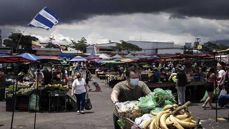 Die starke Zunahme der Neuinfektionen mit dem Coronavirus hat die Regierung in Costa Rica dazu veranlasst, die Lockerungsmassnahmen vorerst auszusetzen. (Archivbild)