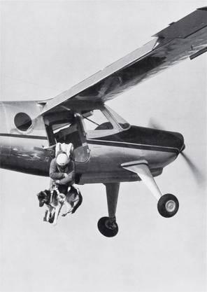 Ein Kollege von Walter Odermatt springt mit dem Hund aus dem Flugzeug ... ZVG/Rega