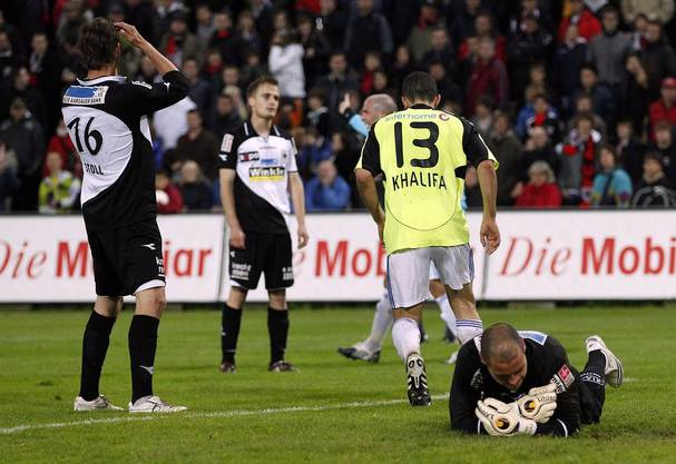 Riesenfrust bei den FCA-Profis (unten rechts Ivan Benito) beim 1:4 gegen GC am 13. Mai 2010, das den Abstieg besiegelte
