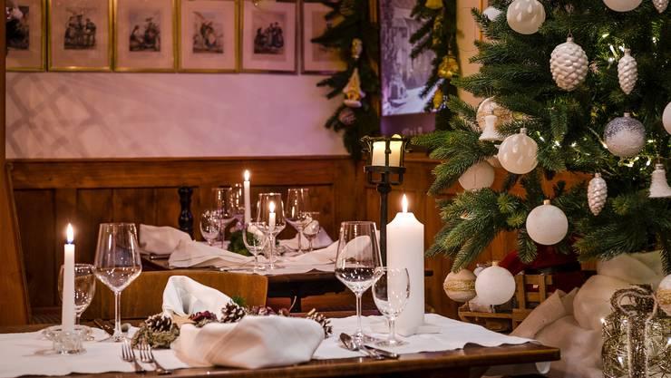 Der Landgasthof Roderis in Nunningen SO erwartet die Gäste festlich geschmückt. Serviert wird Rehhackbraten oder Forelle.