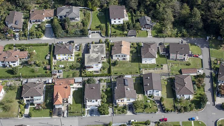 Der Wunschtraum vieler Schweizer Haushalte: Ein freistehendes Einfamilienhaus in Stadtnähe mit Garten und schöner Aussicht. (Symbolbild)
