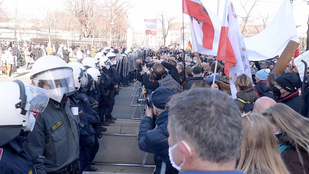 Demonstranten gegen Coronamassnahmen sammeln sich in Wien