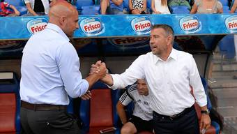 Urs Fischer (rechts) beim Handshake mit Vaduz-Trainer Giorgio Contini vor seinem ersten Pflichtspiel als Coach des FC Basel.