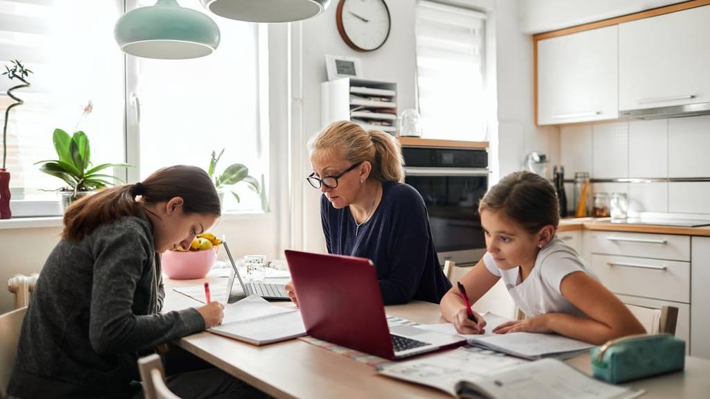 Kinderbetreuung und Präsenzzeiten halten Mütter von der Berufsarbeit ab