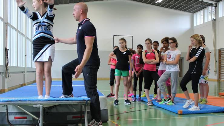 Claudio Blanke zeigt zusammen mit einem Flying Jets Mitglied die richtige Haltung