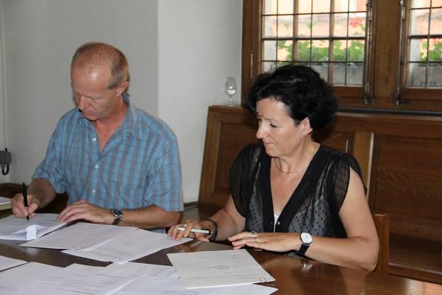 Gemeindeschreiber Bruno Willi und Gemeindeammann Ursula Berger von Birrhard unterschreiben den Vertrag