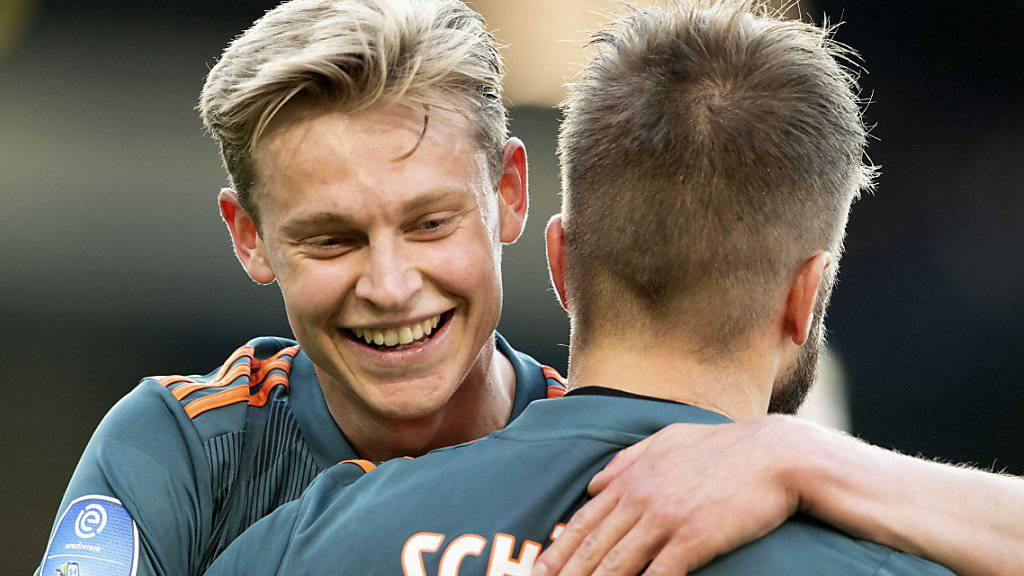 Frenkie de Jong herzt 1:0-Torschütze Lasse Schöne
