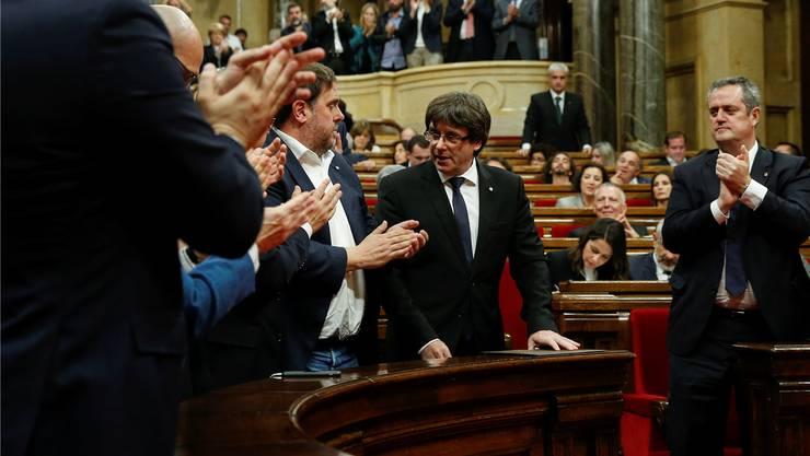 Applaus für Carles Puigdemont (M.) nach der Rede im Parlament.Albert Gea/Reuters