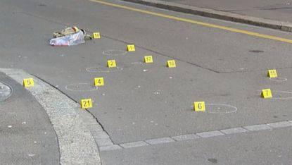 Am Tatort hat die Polizei die Lage der Patronenhülsen markiert.