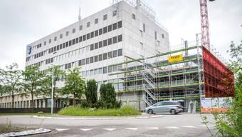 Die äussere Mauer des Anbaus bei der Notrufzentrale in Aarau (rot markiert) wurde leicht schräg zum Gebäude gebaut.