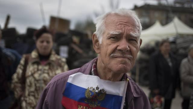 Ein Mann mit einer russischen Fahne in Donezk