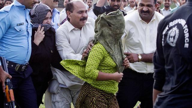 Pakistanisches Mädchen wird aus dem Gericht zum Helikopter geführt