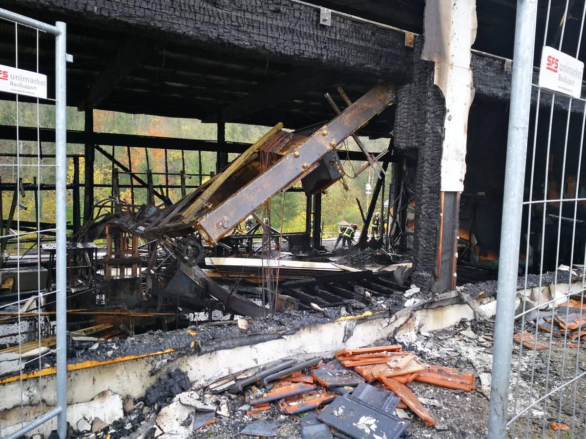 In Hörhausen brannte am Mittwochmorgen eine Schreinerei mit eingemieteter Campingfirma. (© TVO/Miriam Cadosch)