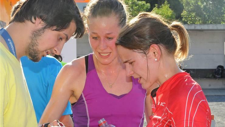 Bahnleger Patrick Bryner diskutiert im Ziel mit den beiden Weltmeisterinnen Judith Wyder (Mitte) und Rahel Friederich über die schnellste Route ums Schloss Lenzburg herum. Wolfgang Rytz