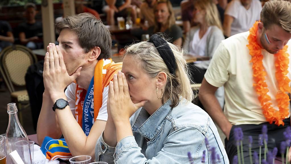 Fassungslose Fans der Oranje in Amsterdam.