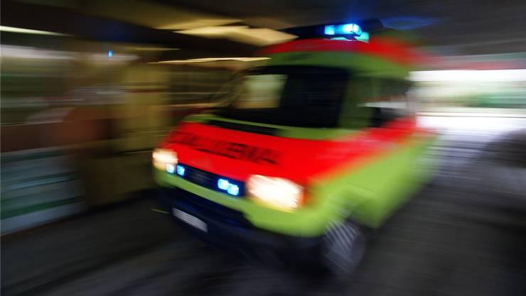 Beide Verunfallten wurden ins Spital gebracht. Der Lastwagenfahrer musste im Sanitätsfahrzeug reanimiert werden.