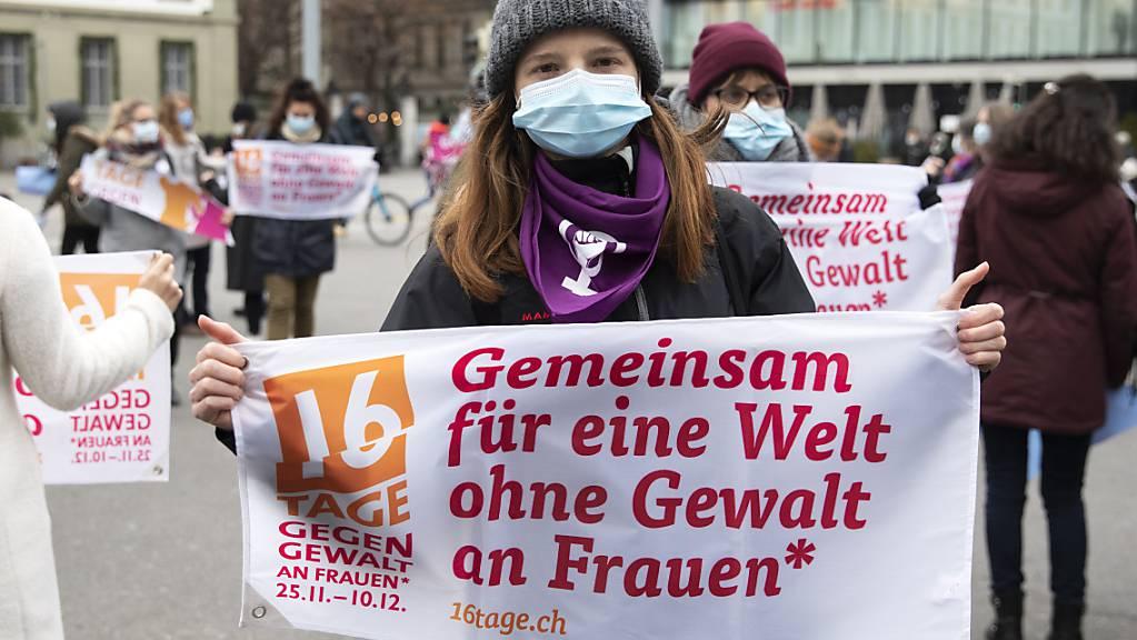 Frauen und Kinder, die in der Schweiz Gewalt ausgesetzt sind, können in Frauenhäusern Unterschlupf finden. Die Plätze sind jedoch rar. (Archivbild)