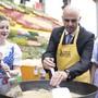 Bundesrat Alain Berset kocht Rheintaler Ribelmais an der Eröffnung der 77. Olma im Oktober 2019 in St. Gallen. Ob die Messe 2020 stattfinden kann, ist wegen der Coronakrise ungewiss.