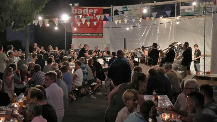 Die Brass Band Solothurn und der Musikverein Herbetswil spielten am ersten Open-Air in Herbetswil auf.