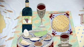 An den Sederabenden werden symbolische Speisen serviert, beispielsweise ungesäuerte Brote ohne Hefe oder Backpulver, sogenannte Mazzen (oben rechts).