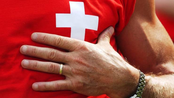Hand aufs Herz, äh, aufs Schweizer Kreuz oder die Suche der Schweiz nach sich selbst.