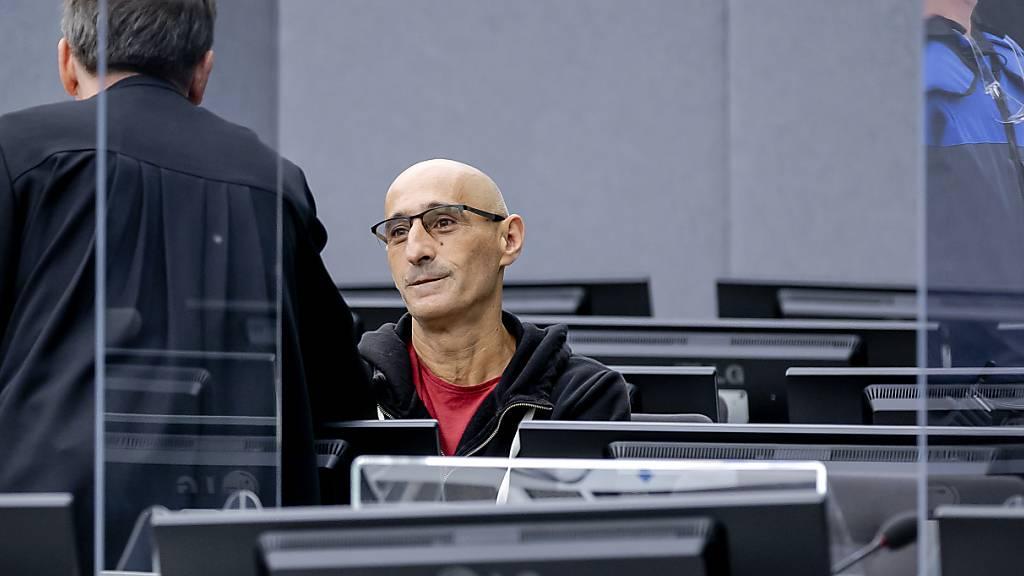 Salih Mustafa wartet auf den Beginn seines Prozesses vor dem Gericht der Kosovo-Spezialkammer. Der erste Prozess gegen Mustafa, Ex-Kommandant der albanischen Miliz, der wegen vier Kriegsverbrechen, darunter Mord und Folter, angeklagt ist, begann am 15.09.2021 vor dem Sondergericht in Den Haag. Foto: Robin Van Lonkhuijsen/Pool ANP/AP/dpa