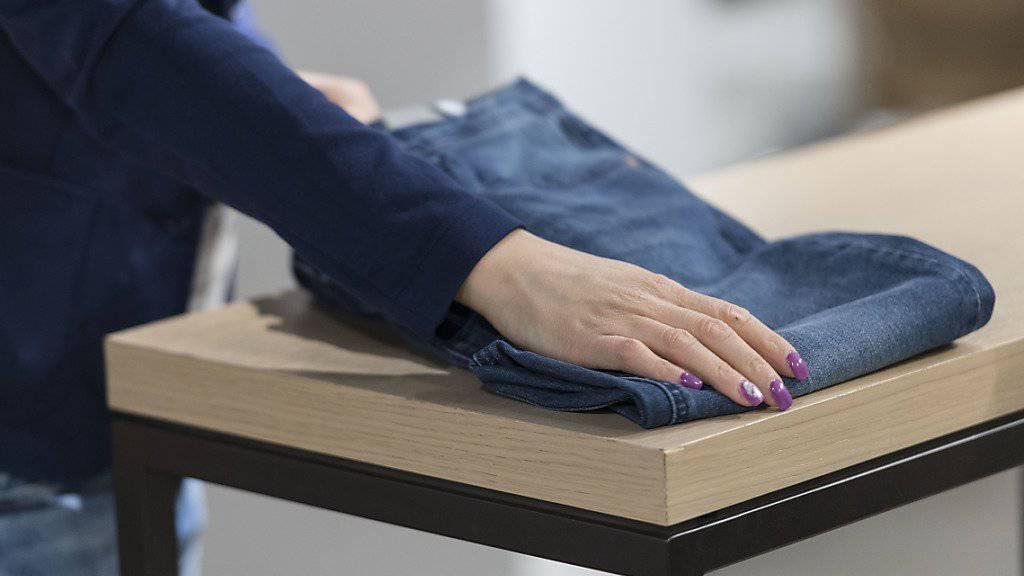 Jeans-Hosen, Pullover und T-Shirts: Schätzungen des Chefs der Modemarke Diesel zufolge werden jährlich weltweit mehr als eine Million gefälschte Produkte des Labels verkauft. (Symbolbild)