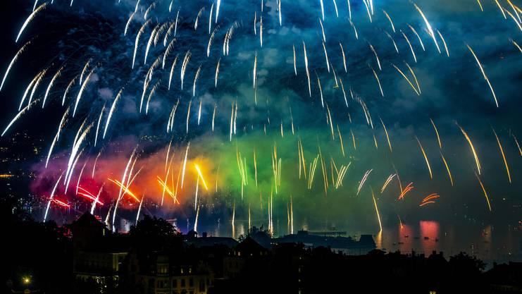 Knallendes Spektakel: Fürs Feuerwerk drängten die Massen ans Ufer.