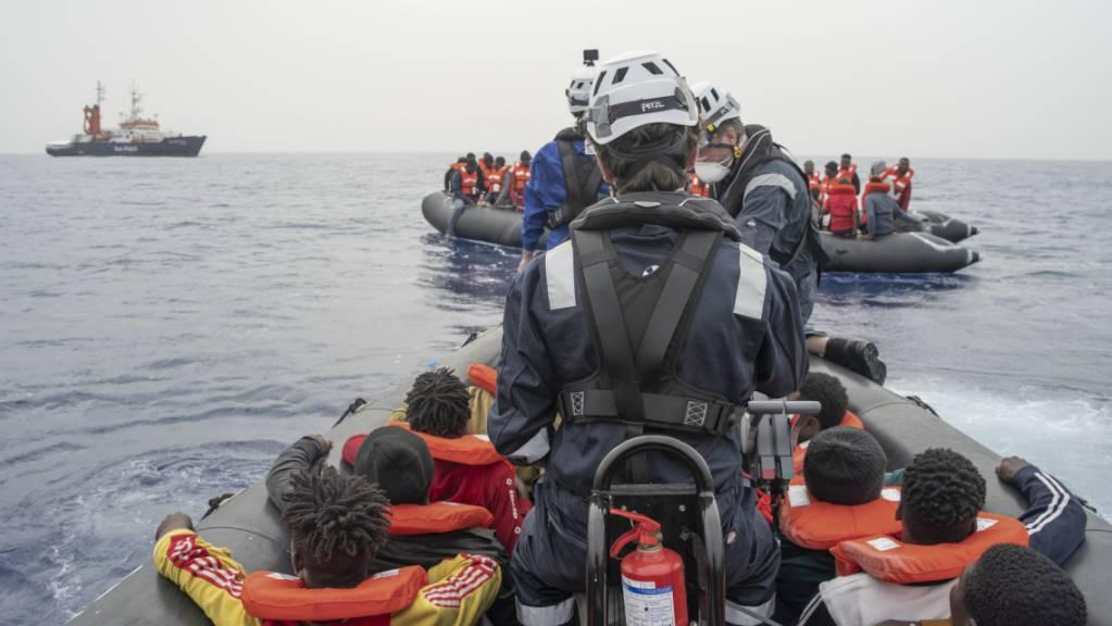 Die Hilfsorganisation Sea-Watch bringt bei einem Rettungseinsatz im zentralen Mittelmeer Migranten in Sicherheit.