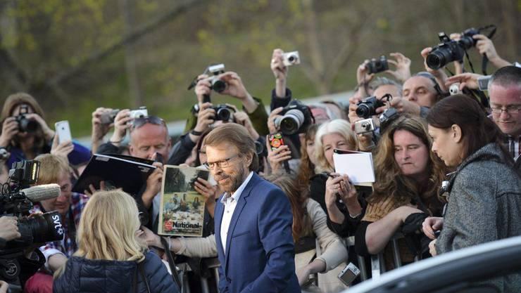 Björn Ulvaeus von Medienvertretern umringt.