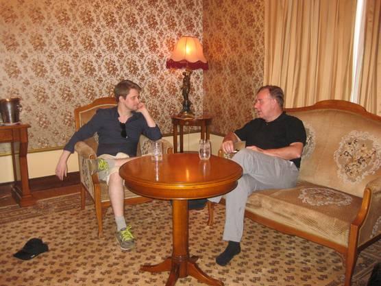 Edward Snowden (l.) zusammen mit seinem Anwalt Robert Tibbo in Moskau.