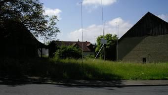 Die zwei Mehrfamilienhäuser im Dorfzentrum von Egliswil würden den abzureissenden Hof um rund zwei Meter überragen.(mch)