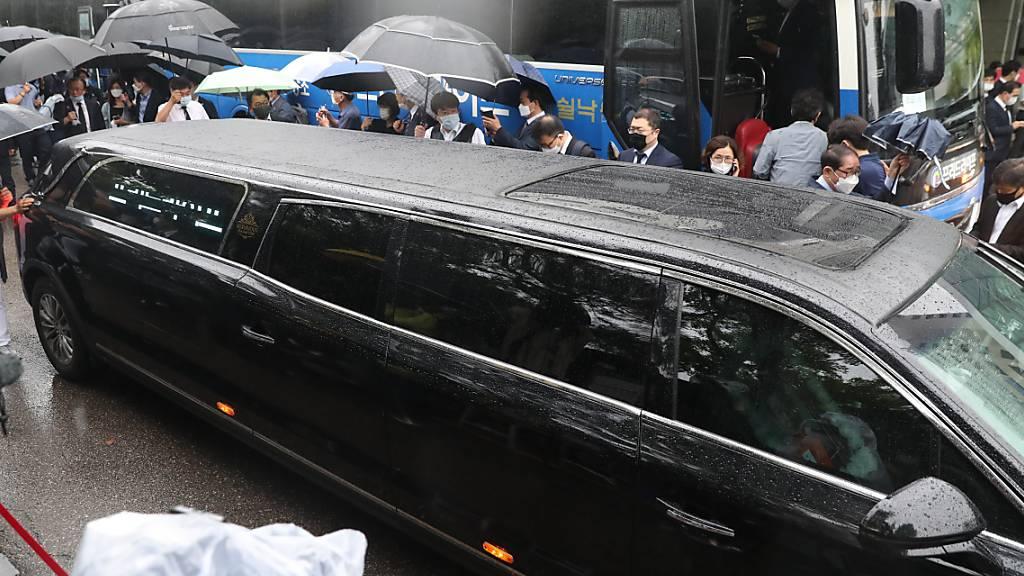 Ein Fahrzeug mit dem Sarg des verstorbenen Bürgermeisters Park Won-soon verlässt das Seoul National University Hospital auf dem Weg zum Rathaus zu der Trauerfeier. Der Bürgermeister von Seoul war am 10. Juli an einem Berg im Norden der Zehn-Millionen-Metropole tot aufgefunden worden. Foto: YNA/dpa