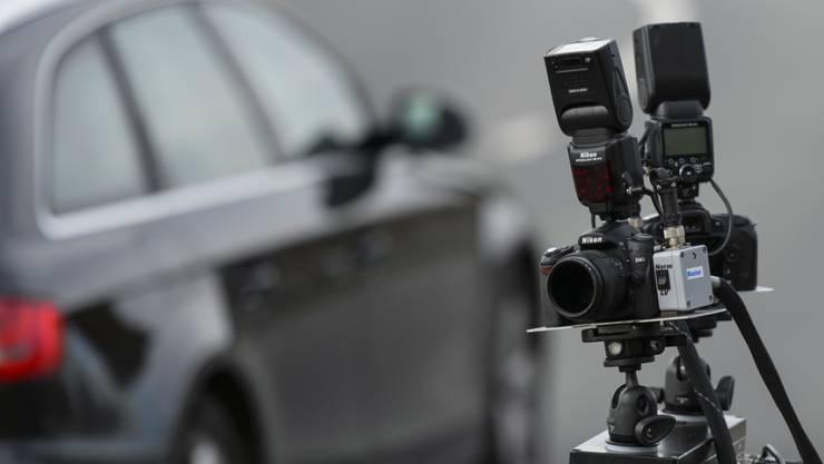 Die Kantonspolizei Aargau nahm einen 20-Jährigen vorläufig fest, der mit 185 km/h über die Autobahn bretterte. (Symbolbild)
