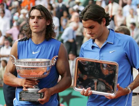 2006: Final Roland Garros: Nadal s. Federer 1:6, 6:1, 6:4, 7:6 (7:4) Ein Jahr später kommt es erstmals zu einem Grand-Slam-Final zwischen Federer und Nadal. Der Schweizer verlor in diesem Frühling zuvor schon in Monte Carlo und in Rom den Final gegen Nadal. In der Hauptstadt Italiens im Tiebreak des fünften Satzes und nach vergebenem Matchball. Trotz eines Blitzstarts geht er auch im Final von Roland Garros als Verlierer vom Platz –  6:1, 1:6, 4:6, 6:7 (4). «Nadal ist auf Sand unglaublich schwer zu besiegen. Er verdient diesen Titel», sagt Federer danach gönnerhaft.