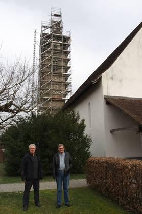 Der eingerüstete Kirchturm weist auf die bevorstehende Sanierung hin; Ernst Rauber (links) und Ernst Götti