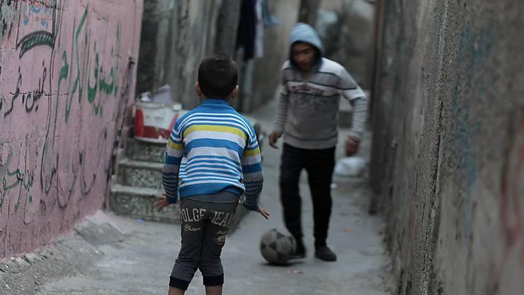 Palästinensische Kinder spielen in einem Flüchtlingslager in Gaza. (Archiv)
