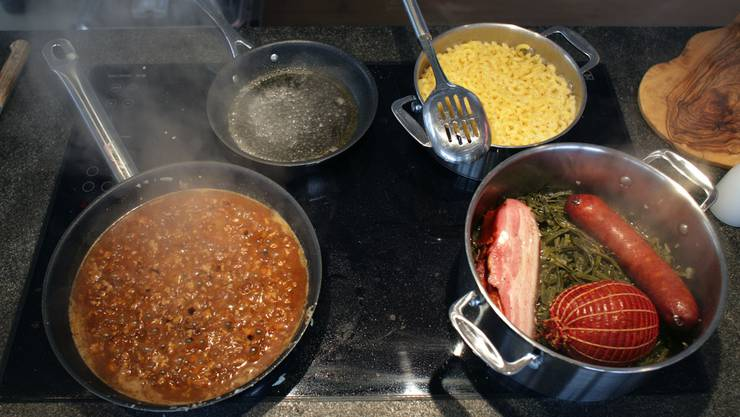 In vielen Haushalten der Schweiz ist Kochen heute weder Frauen- noch Männersache.